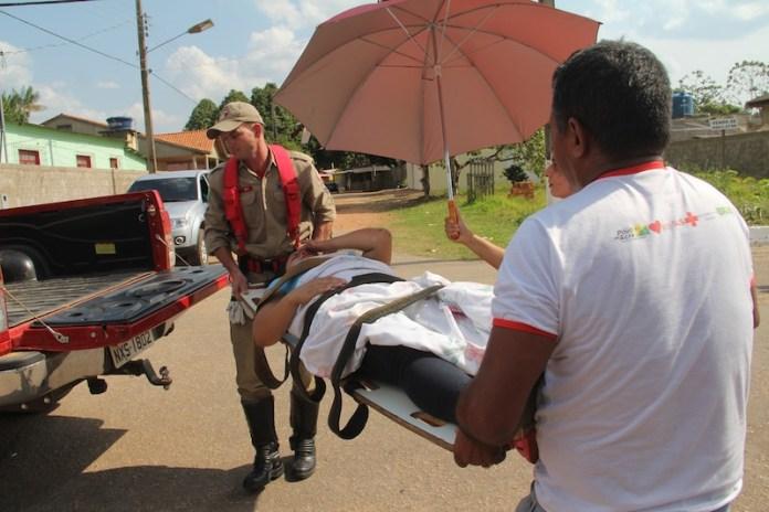Jovem foi resgatada pelo socorristas dos bombeiros que estão utilizando uma camionete por não terem uma ambulância – Foto: Alexandre Lima