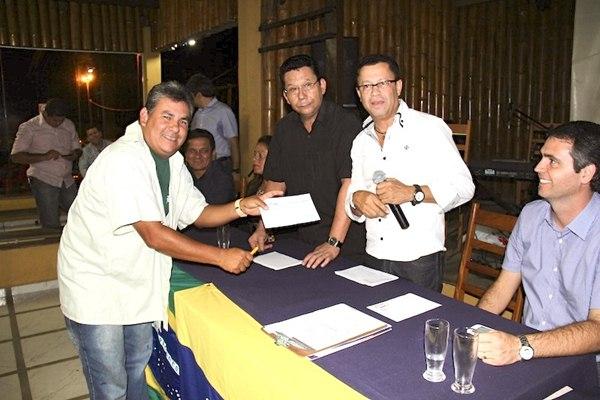 Momento em que o jornalista Almir Andrade assina a ficha de filiação – Foto: Alemão Monteiro