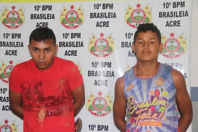 Francisco (e) estava com a droga no bolso e Edivan pilotava a moto sem os devidos documentos – Foto: Alexandre Lima