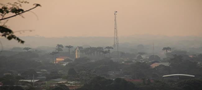 Olhando do alto da cidade de Epitaciolândia, a vizinha Brasiléia quase sumiu devido a quantidade de fumaça que chegou no período da tarde – Foto: Alexandre Lima