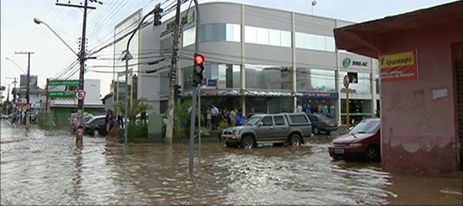Com o trânsito intenso de veículos, a água suja avança com mais força da rua e danifica mercadorias (Foto: reprodução/TV Gazeta)
