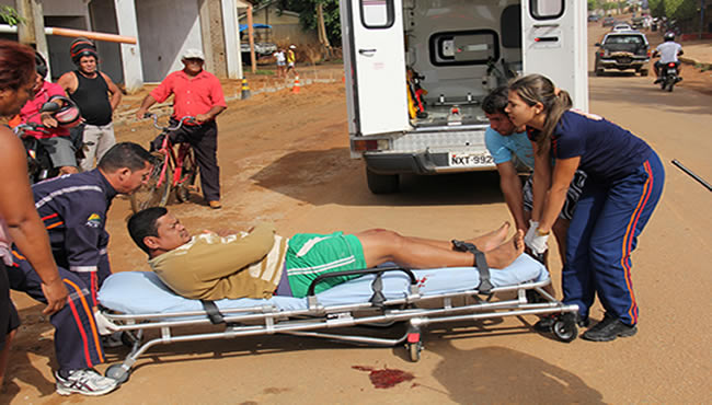 Uma equipe da PM e do SAMU socorreu a vítima.
