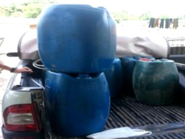 Nove tambores com combustível foram apreendidos em caminhonete (Foto: Francisco Rocha/G1)