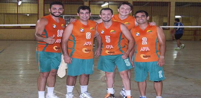 Amigos do Vicente conquistaram o torneio indoor promovido pelo projeto 'Sempre Voleibol' (Foto: Maria Luiza / Arquivo Pessoal)