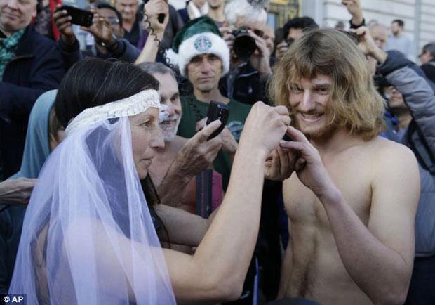casal-troca-aliancas-de-casamento-completamente-nus-em-frente-prefeitura-e-acaba-preso
