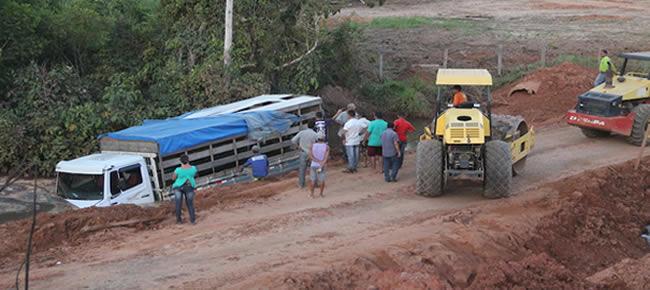 Duas máquinas tentaram em vão retirar o caminhão de dentro do córrego – Fotos: Alexandre Lima