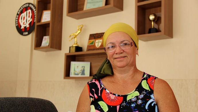 Josefa Pereira, mãe do goleiro Weverton, do Atlético-PR, recebeu GE.com em casa (Foto: João Paulo Maia)