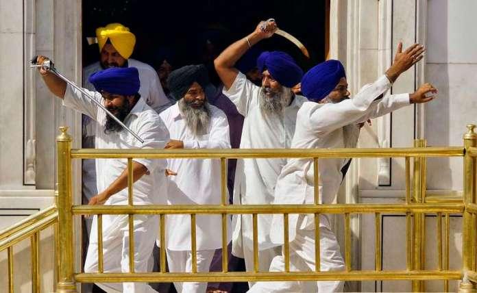 Siques empunharam espadas durante confronto dentro do complexo de santuário, o Templo Dourado, na cidade indiana de Amritsar nesta sexta-feira, durante o 30 º aniversário da um ataque polêmico realizado pelas forças de segurança do país  Foto: Reuters
