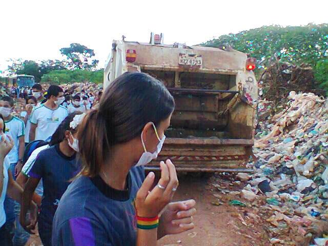 Alunos presenciam caminhão da prefeitura jogando lixo em lixão que deveria estar fechado/Foto: Cedida