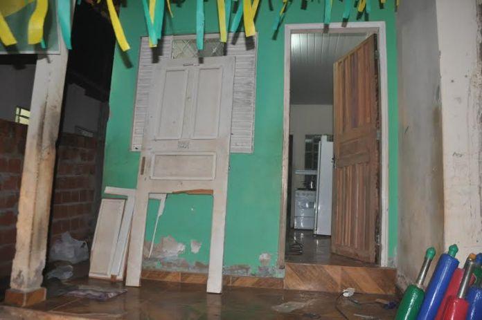 As vítimas contam que estavam em casa, já dormindo, quando foram surpreendidas por quatro homens/Foto: Selmo Melo