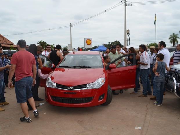 Populares tiram marido do banco do motorista (Foto: Rayssa Natani/ G1)