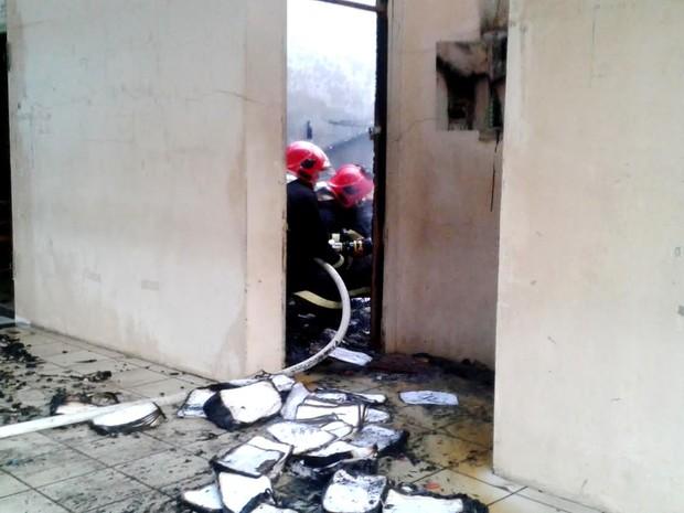 Incêndio atingiu almoxarifado da escola e destruiu arquivos (Foto: Vanísia Nery/G1)
