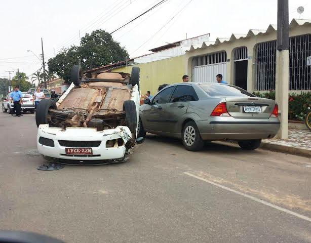 Taxista perdeu o controle do veículo e capotou/Foto: Reprodução WhatsApp