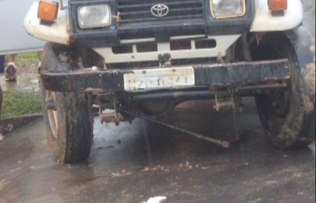Uma das partes da barra de direção do veículo ficou exposta.