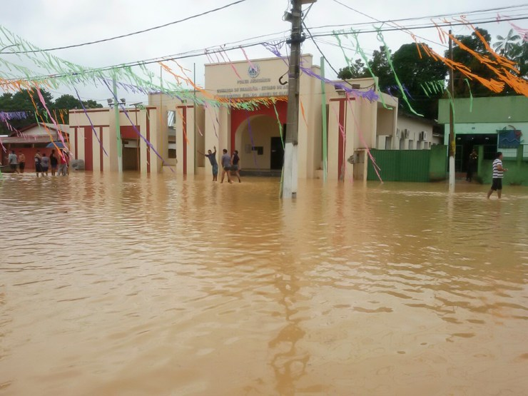 Fórum de Brasiléia começa a ser tomado pelas águas do Rio Acre