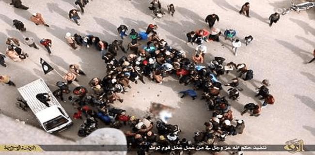 Multidão atirou pedras no homem acusado pelo grupo terrorista Estado Islâmico Foto: Daily Mail / Reprodução