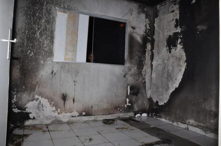 Casa ficou destruída por dentro/Foto: Selmo Melo