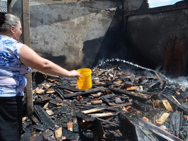 Dona de casa acordou com o barulho do fogo nos fundos da casa (Foto: Aline Nascimento/G1)