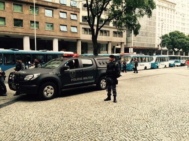 Vários ônibus da PM estacionaram ao lado da concentração do protesto