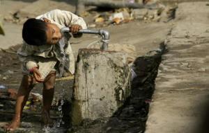 1200x768_enfant-boit-eau-robinet-inde-quartier-ou-eau-potable-arrive-maisons