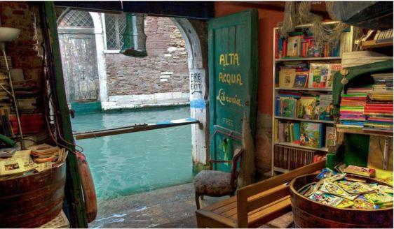 Libreria Acqua Alta a Venezia, tra: gondole, canoe e gatti! - 3 Pietre