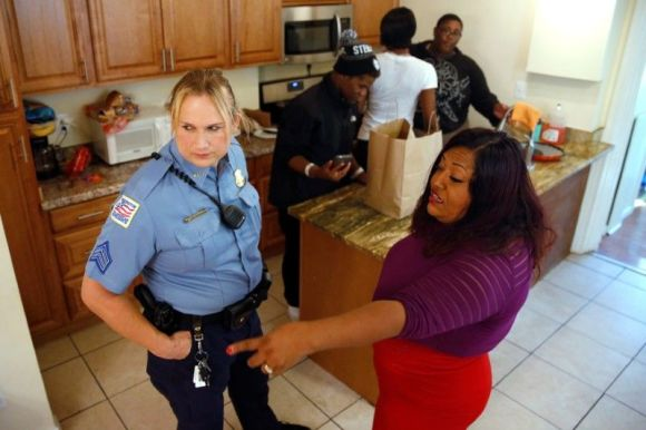 Sargent Jessica Hawkins of the Washington Metropolitan Police Department meets with citizens on October 10, 2016. Photo by Jonathan Ernst.