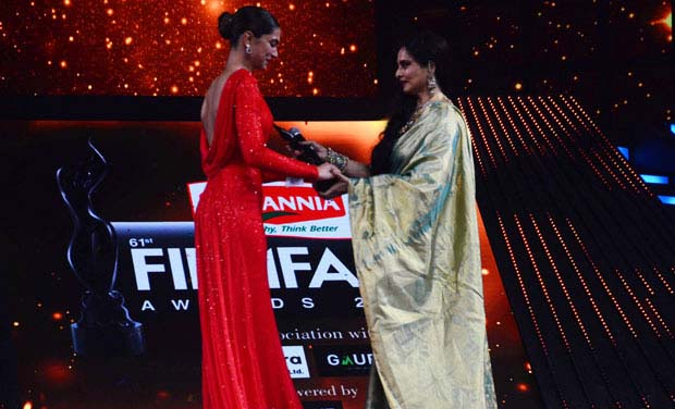 check-out-bollywood-stars-at-61st-filmfare-awards-2016-36