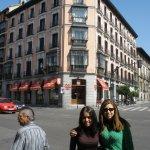 Minha amiga e eu a direita da foto com algum prédio de esquina ao fundo que não me recordo o que er