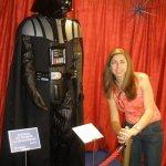 Eu dentro da loja do Star Wars com o boneco do Darh Vader.