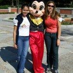 Minha amiga a esqerda, o Mickey e eu no Parque do Retiro