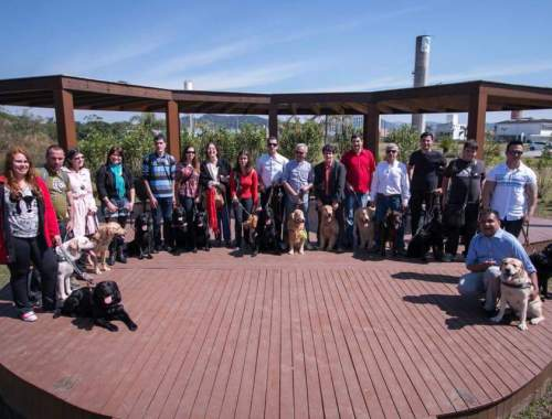 A foto foi tirada no campo da Univali, aparece todos os usuários com seus cães que participaram do evento, ao todo 20, formamos uma meia lua para que todos aparecessem na foto