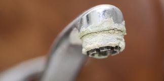 Wasserhahn mit Kalk besetzt