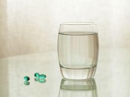 Medizinische Kapseln mit Wasserglas