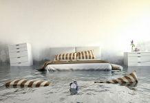 Zimmer mit Bett voll Wasser