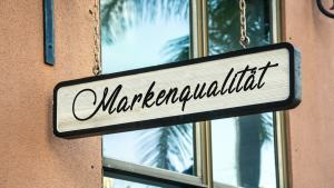 """Ein Schild mit der Aufschrift """"Markenqualität"""""""