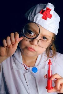 Kind spielt Doktor