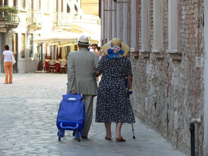 Altes Ehepaar mit besonderem Koffer