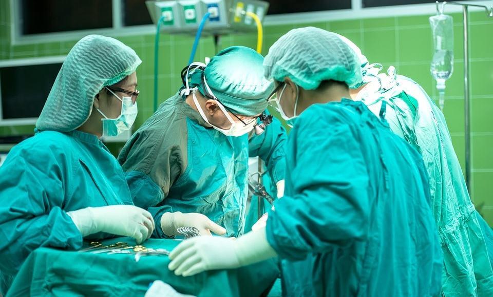 Chirurgen bei Operation