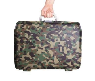 Ein Hartschalenkoffer in Camouflage-Optik.