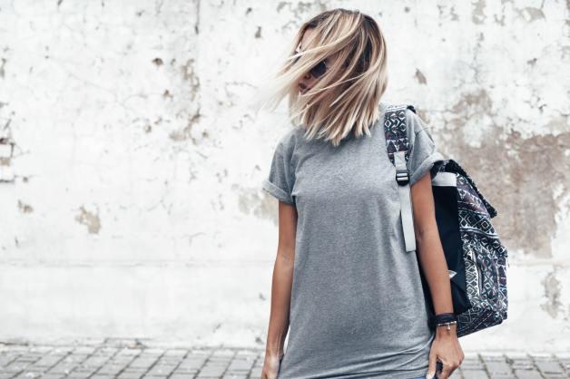 Junge Dame mit Rucksack