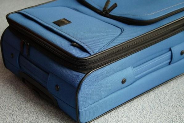 Ein kleiner blauer Reisekoffer