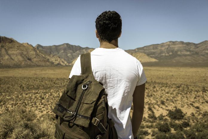 Wandernder Mann mit Rucksack