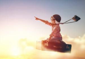 Kind fliegt auf Koffer