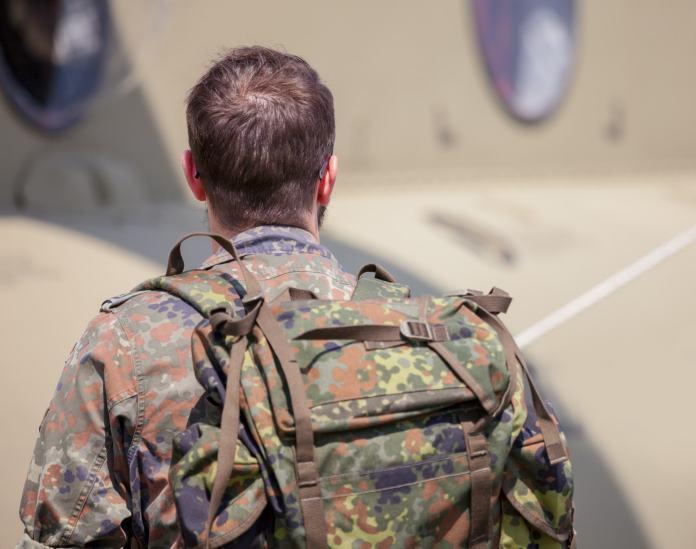 Soldat mit Militärrucksack