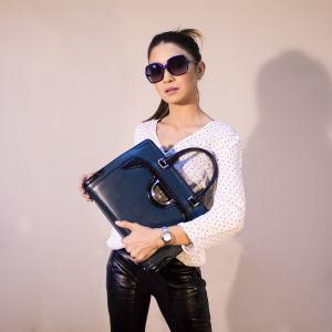 Frau mit sportlicher Handtasche