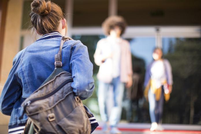 Teenager mit Taschen