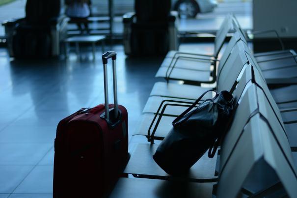 Koffer und Tasche am Flughafen