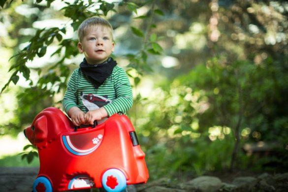 Kind mit Sitzkoffer