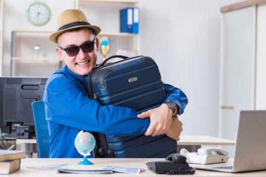 Mann umarmt Koffer
