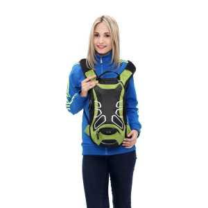 Frau mit grünem Rucksack